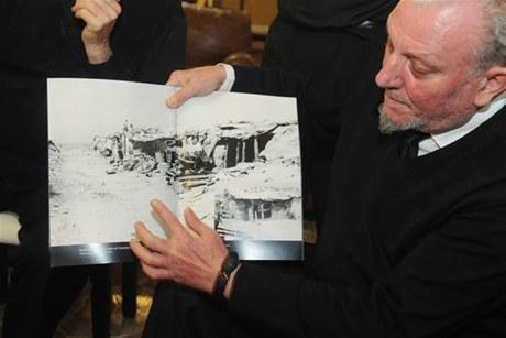 Comienzos. Kiko Argüello muestra una vieja fotografía de la barraca donde vivió  con un grupo de gitanos en el barrio Los Palomares, de Madrid, donde  nació la primera comunidad neocatecumenal.